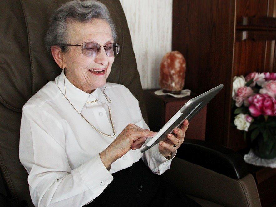 une personne agée utilisant une tablette