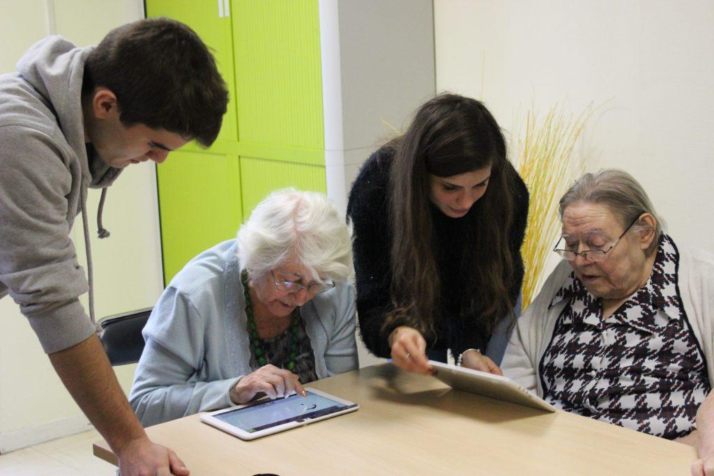 personnes d'âge avancé utilisant des tablettes